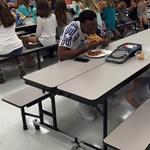 Egy focista egy közös ebéddel boldoggá tette a magányos autista diákot