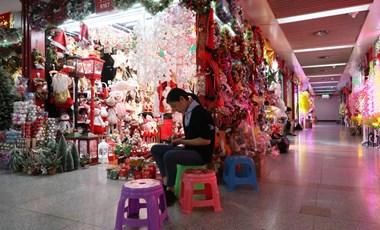 A világ karácsonyi dekorációinak 60 százaléka erről a kínai piacról érkezik