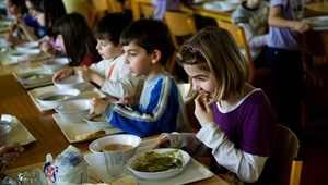 Állott, furcsa ízű ételeket kapnak a diákok a menzán