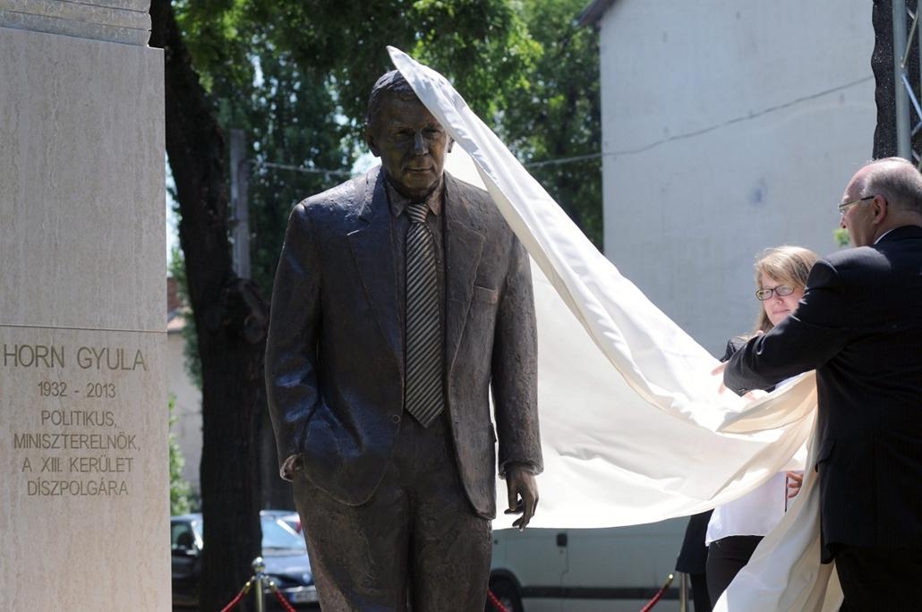 mti.14.07.04. - Felavatták Horn Gyula szobrát Budapest XIII. kerületében - Hannes Swoboda, az Európai Parlament szociáldemokrata képviselőcsoportjának volt vezetője