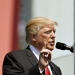 Trump és a kézfogások: most Varsóban nyúlt mellé