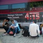 Étellel, adománnyal fogadták Bajorországban a Keletiből indult menedékkérőket