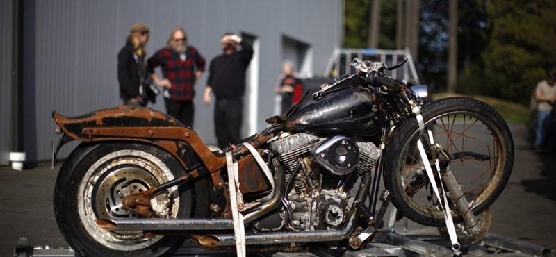Fotó: visszaszállítják gazdájának a Japánból Kanadáig sodródott motort