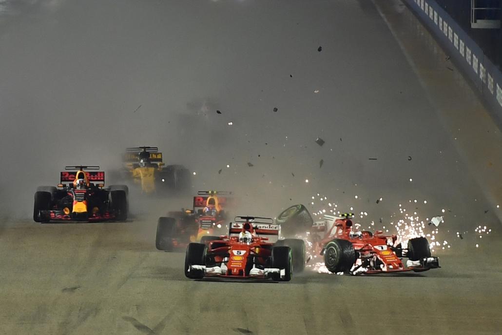 best of 2017 - Kimi Räikkönen, a Ferrari finn versenyzője  és német csapattársa, Sebastian Vettel karambolozik a Forma-1 -es Szingapúri Nagydíj rajta után a versenynek otthont adó szingapúri Marina Bay utcai pályán