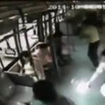 Videóra vették, ahogy egy nő kezében felgyulladt a mobilja