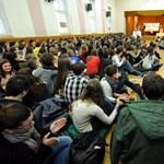 Több száz gimis ülősztrájkol Pécsen