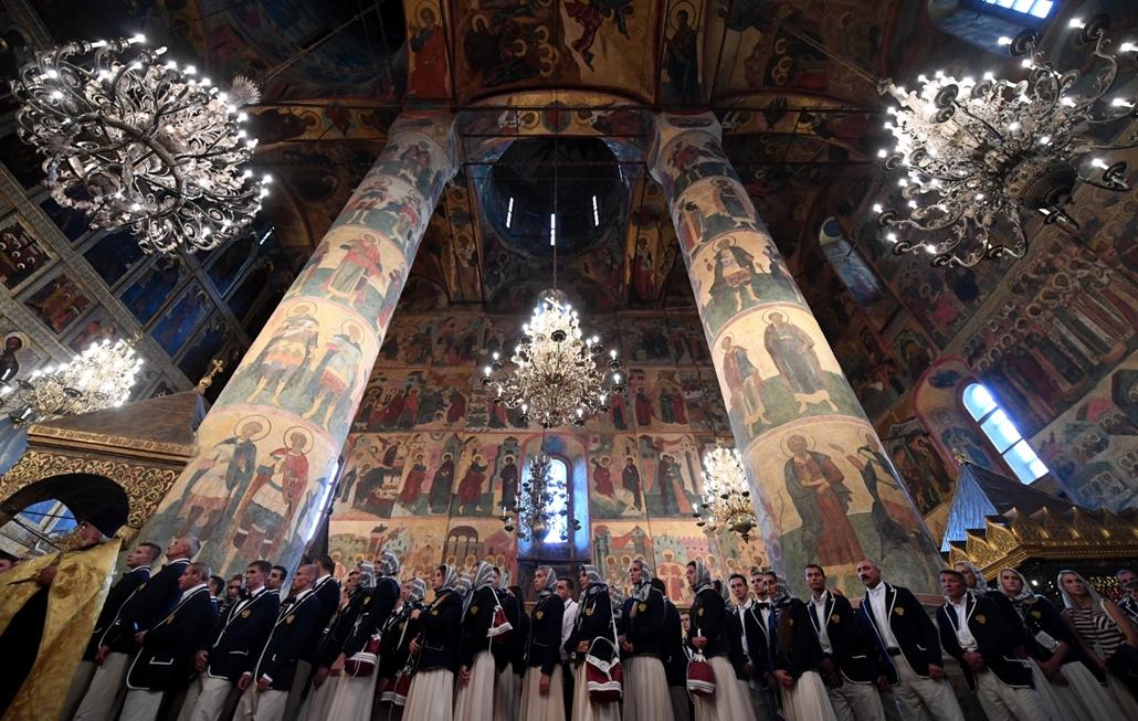 hét képei - Az orosz olimpiai csapat tagjai a moszkvai Mária Mennybemenetele-székesegyházban istentiszteleten vesznek részt 2016. július 27-én. Az orosz doppingbotrány miatt a 387 fős csapatból legalább 107 sportolót eltiltottak az olimpiai versenyzéstől.