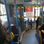 Hiába zárják le a buszok elejét, csak elfoglalják az üléseket ott is – fotók