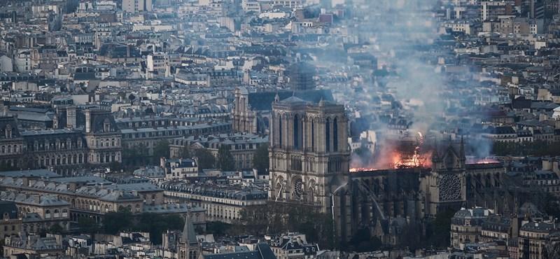 Drónfelvétel mutatja a lángoló Notre-Dame siralmas állapotát