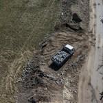 Teherautókkal hordják a Szilas-patak partjához az útépítés hulladékát – videó