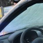 Teljesen lefagyott szélvédője miatt balesetezett egy autós – fotók
