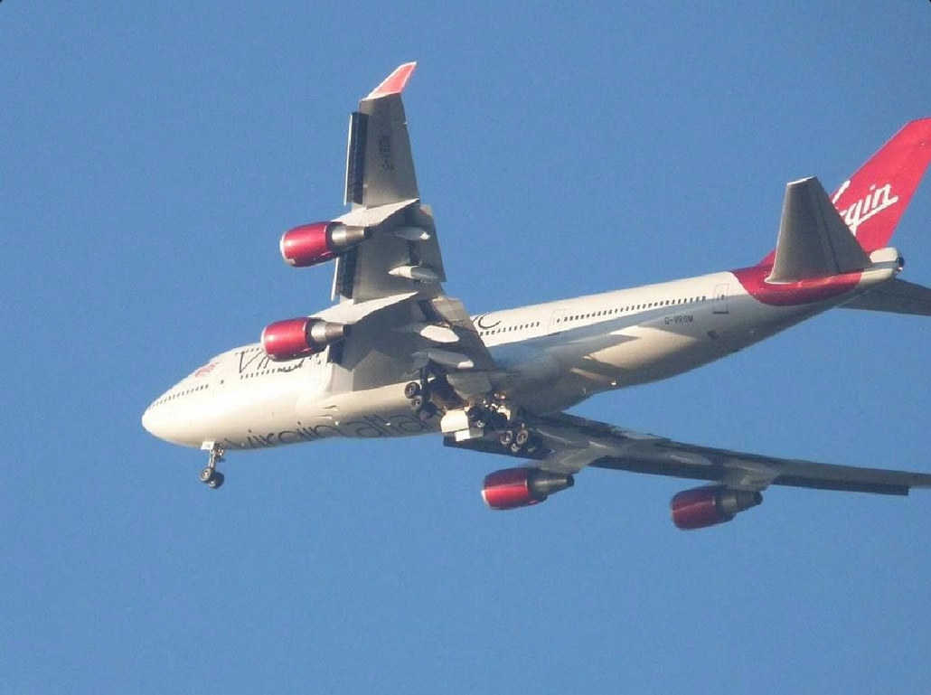 epa.14.12.29. - Lingfield, Nagy-Britannia: a Virgin Atlantic brit légitársaság Boeing 747-400-as utasszállító gépe az egyik futómű meghibásodása miatt kényszerleszállásra készül  - 7képei, repülőgép, repülő