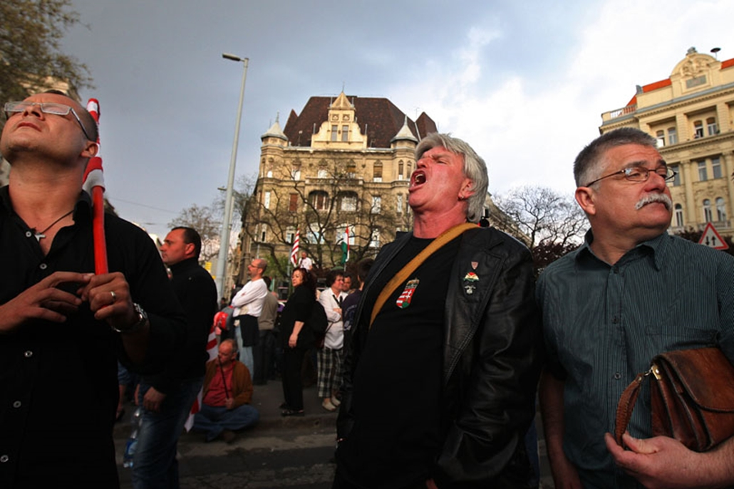Tüntetők a Parlament előtt Bajnai Gordon miniszterelnöki esküje alatt.