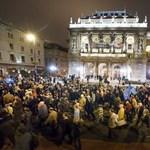 Több száz rohamrendőrt vezényeltek a Kossuth térre, ahonnan nem mentek haza a tüntetők