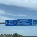 Erős a forgalom az M7-es autópályán Budapest felé