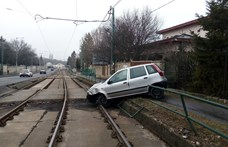 Autó került a sínekre - egy ideig nem járt az 59-es villamos (fotó)