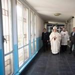 Fotók: Börtönben misézett és rabok lábát mosta meg Ferenc pápa