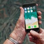 A 70 fölöttieknél is tarol az okostelefon, többen a szelfizésre is rákaptak