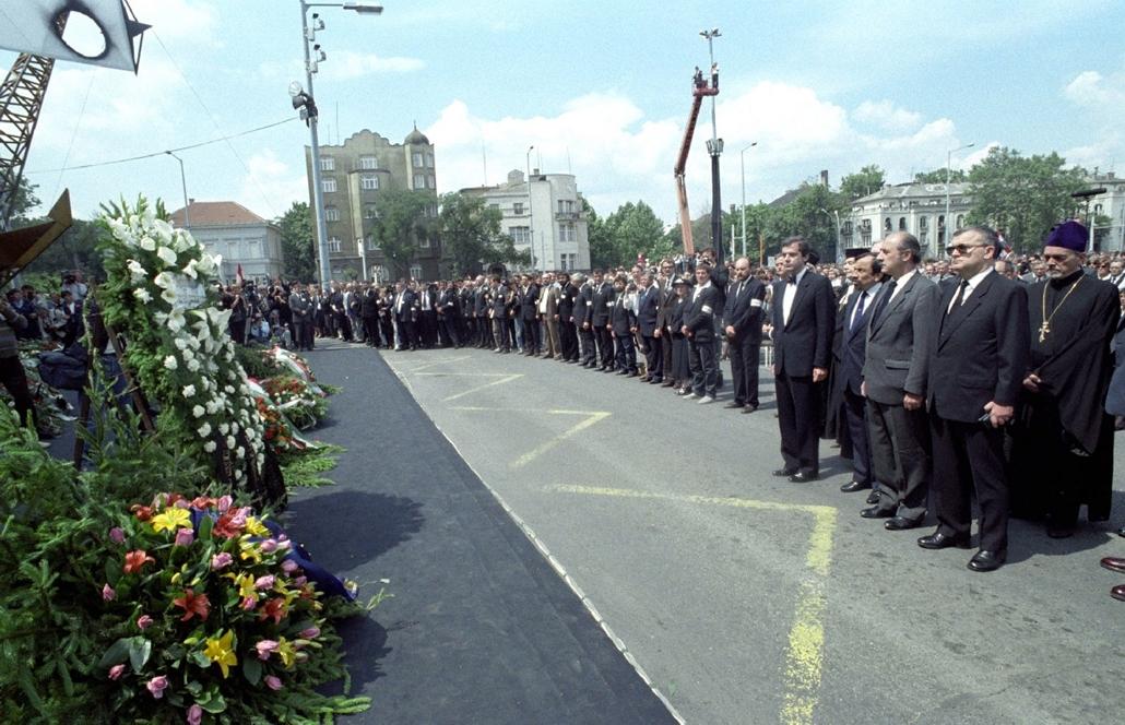 mti.VETT.1989.06.16. -  Nagy Imre újratemetése - A diplomáciai testületek képviselői tisztelegnek az 1956-os mártírok koszorúi előtt a Hősök terén felállított ravatalnál. Az elhunytakat kivégzésük 31. évfordulóján helyezték örök nyugalomra a Rákoskeresztú