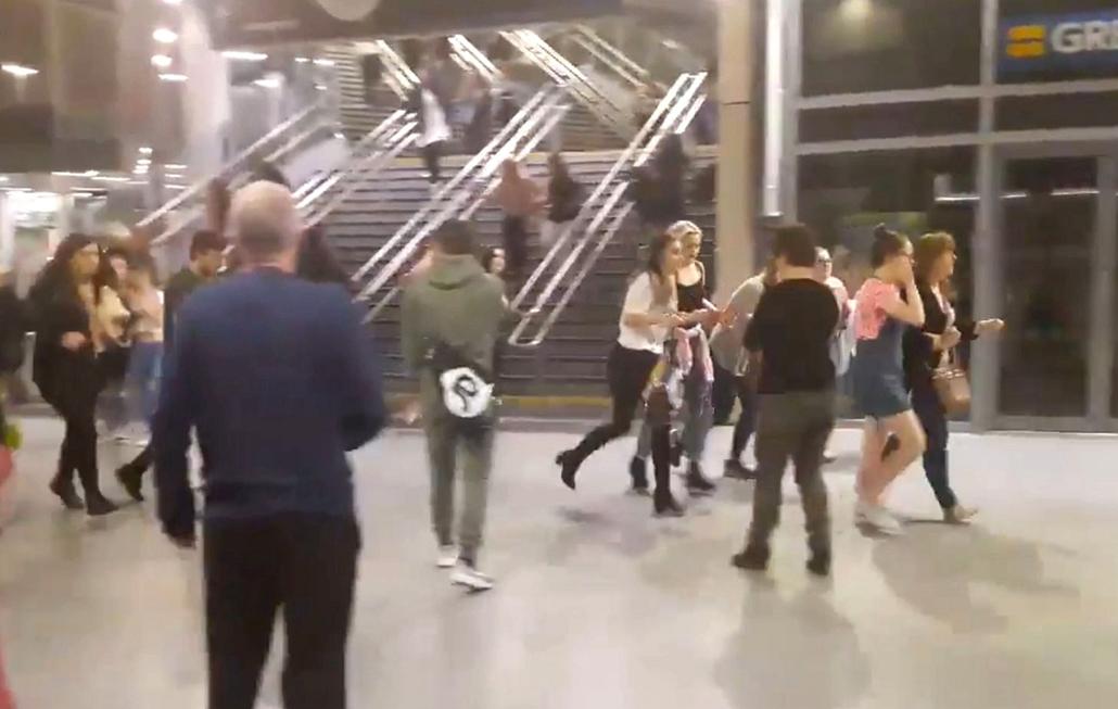 AP! _ JUnius 05 ig. - Manchesteri terrotámadás -Menekülnek az emberek a Manchester Arena nevű rendezvényközpont melletti manchesteri Victoria pályaudvaron 2017. május 22-én, miután Ariana Grande amerikai énekesnő koncertjének végén öngyilkos merénylő poko