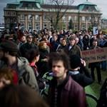 Tüntetők várják Schmittet a Sándor-palotánál - Nagyítás-fotógaléria