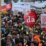 Fotó: több ezren tüntetnek a tanárok óraszámának emelése miatt