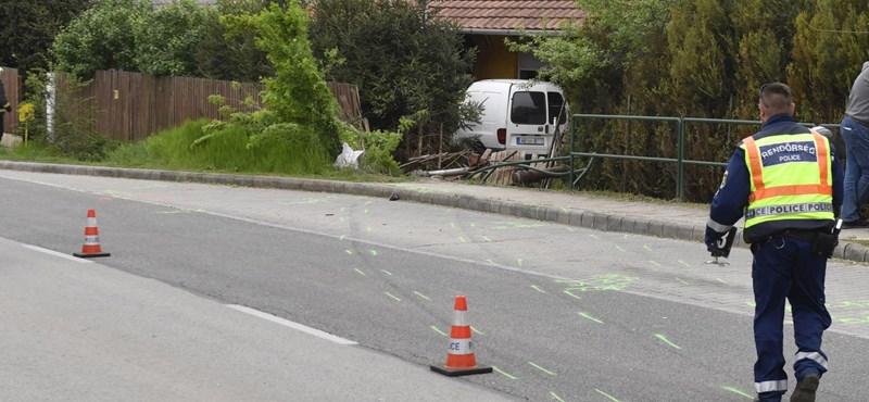 Fotók: Kerítéseken, bokrokon át hajtott a teraszra a kisteherautó