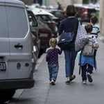 Intézkedésben üzenne a kormány az egyedülálló szülőknek