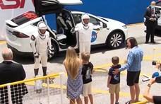 A járvány miatt csak távöleléssel búcsúzhattak el gyermekeiktől a Crew Dragon bátor űrhajósai