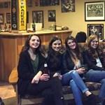 Megőrül az internet ezen a rejtélyes fotón 6 nőről és a lábukról