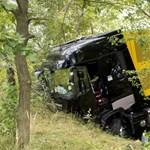 Forma-1-es csapat kamionja szenvedett balesetet az M1-es autópályán