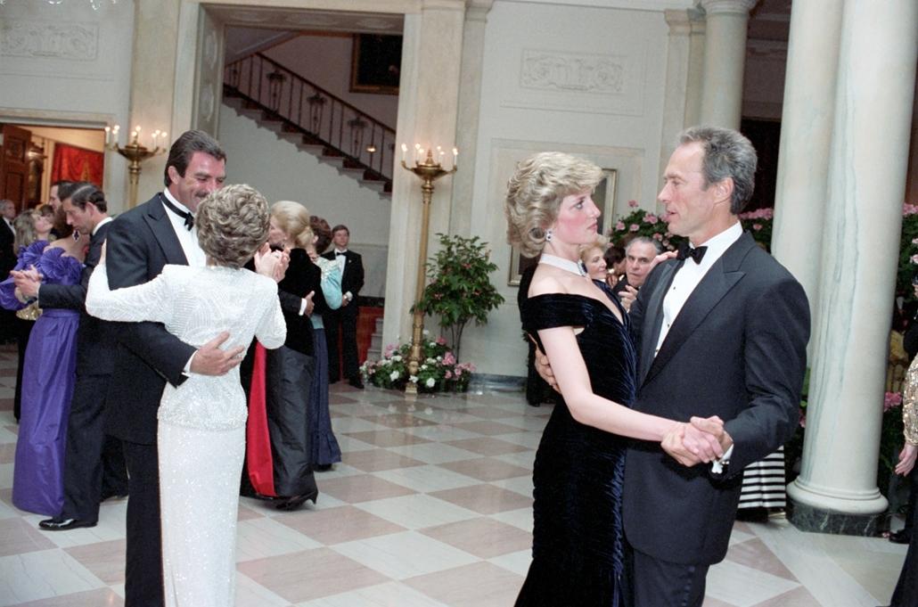 afp.85.11.09. - Washington, USA: Clint Eastwood és Diana hercegnő a Fehér Házban rendezett gálavacsorán 1985 novemberében. A képen Tom Selleck Nancy Reagannal táncol.