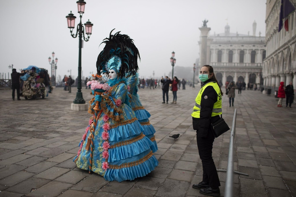 mti.20.02.23. koronavírus, velence olaszország, A koronavírus elleni védekezésül szájmaszkot visel egy rendőr a velencei karneválon a Szent Márk tér közelében 2020. február 23-án.