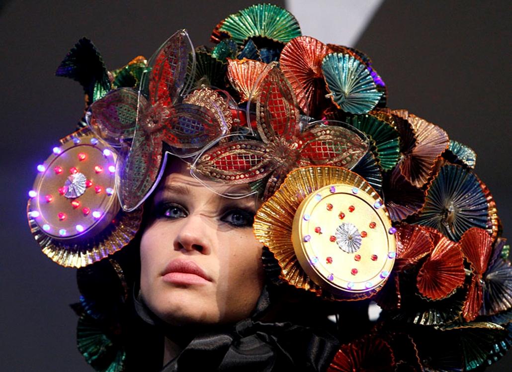 Különleges kalapmodellt visel egy manöken a Hedonizmus elnevezésű kalapbemutatón Londonban.