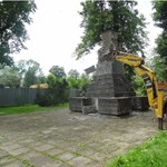 Traktorral bontottak le egy szovjet emlékművet Lengyelországban