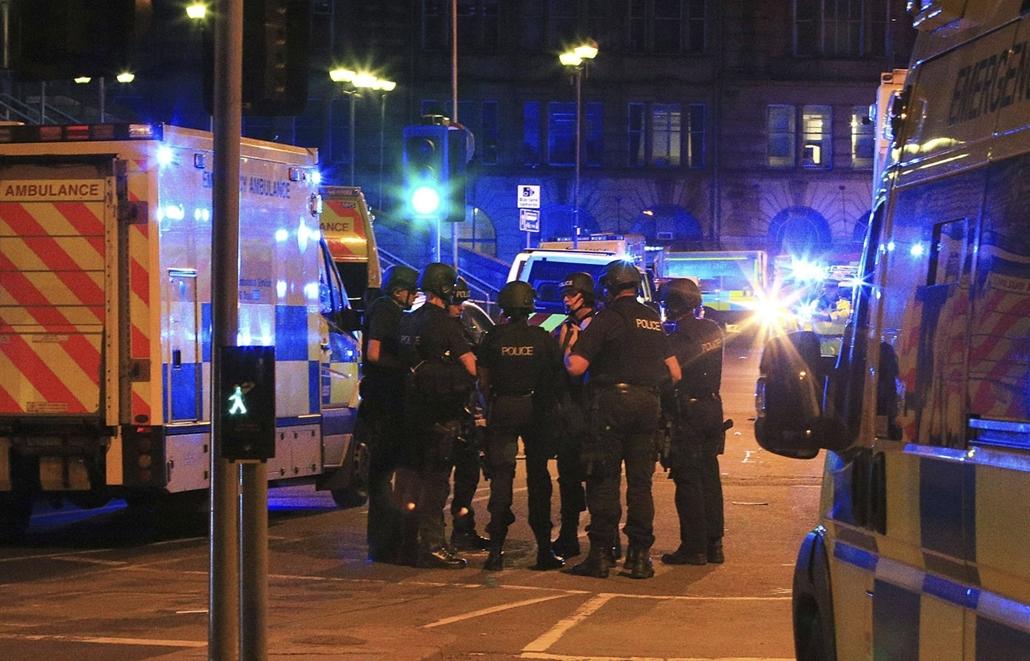 mti.17.05.23. - Manchesteri terrotámadás Rendőrök a Manchester Arenánál 2017. május 22-én, miután az este, Ariana Grande amerikai énekesnő koncertjének végén robbanás történt a manchesteri rendezvényközpont bejárati csarnokában. Tizenkilenc ember életét v