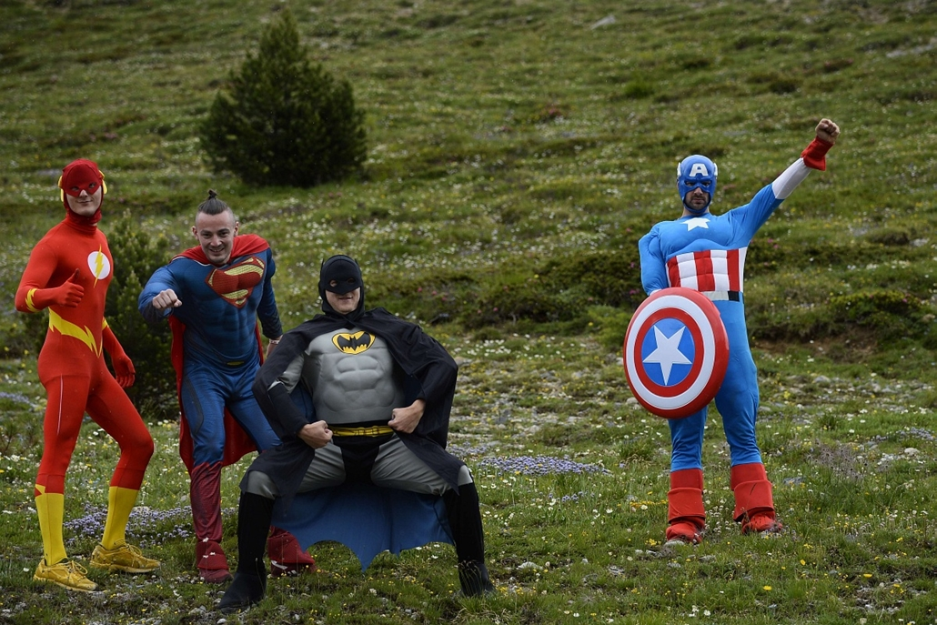 afp. az év sportfotói 2014. Risoul, Franciaország, 2014.07.19. Tour de France, Supporters disguised as super heros pose along the road during the 177 km fourteenth stage of the 101st edition of the Tour de France cycling race on July 19, 2014 between Gren