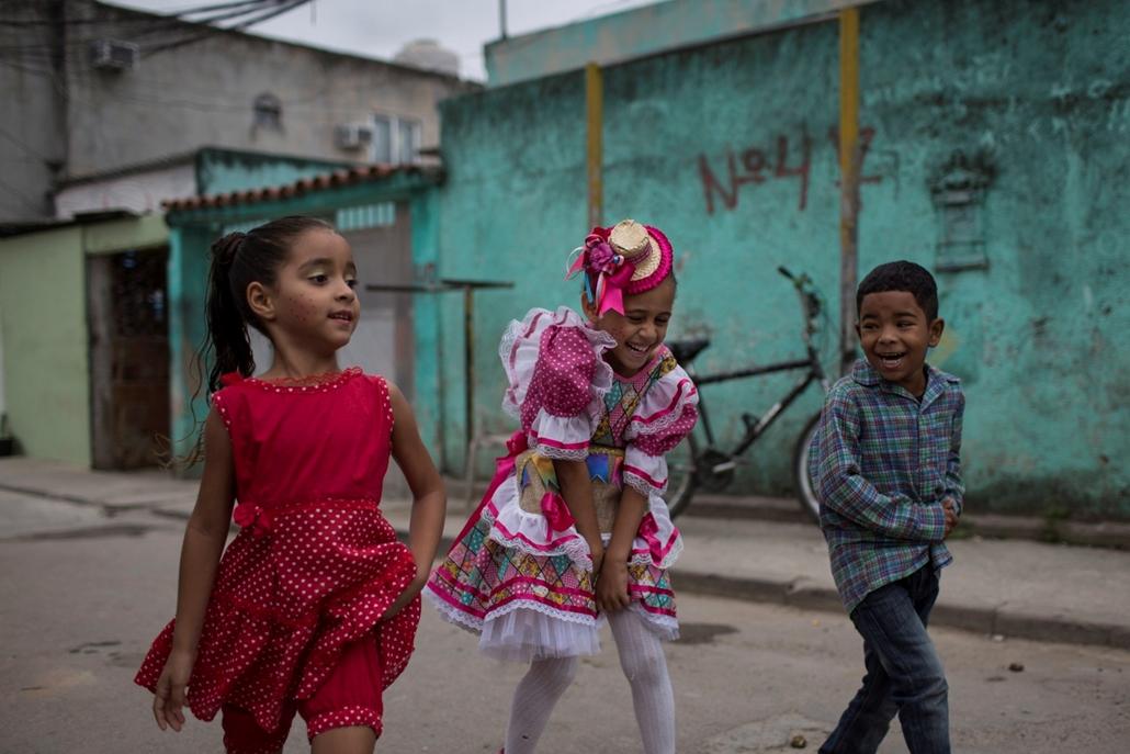 !!!AP aug.9-ig !!! hét képei - Gyerekek egy iskolai rendezvényre tartanak Rio de Janeiróban 2016. július 28-án. A riói olimpiai játékokat augusztus 5. és 21. között rendezik.