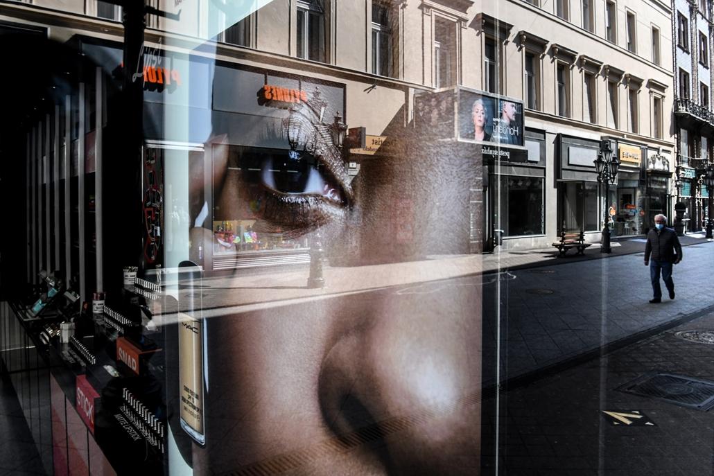 nagyítás koronavírus rev.20.04.28. covid-19 covid koronavírus vírus járvány világjárvány pandémia Budapest Váci utca turizmus vendéglátás idegenforgalom