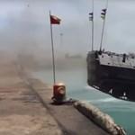 Így néz ki egy kétéltű páncélos, ahogy szuperlassításban a vízbe ugrik – videó