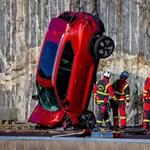 Miért dobál 30 méter magasból az aszfaltra új autókat a Volvo?