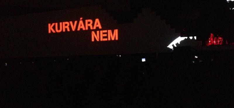 """Roger Waters magyarul üzent: """"Kurvára nem"""" szabad bízni a kormányban"""