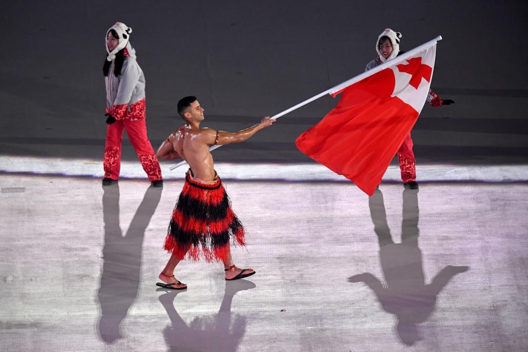 afp.18.02.09. Téli Olimpia 2018 - megnyitó  Pita Taufatofua tongai sportoló a rióu olimpia után a pjongcsangi téli olimpiára is sikerült kvalifikálna, sífutásban, és megismételte a nagy számot: a mínusz 3 fokos hideg ellenére megint nem vett felsőt.