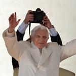 """""""Bedobta a törülközőt"""" – nekimentek a távozó pápának"""