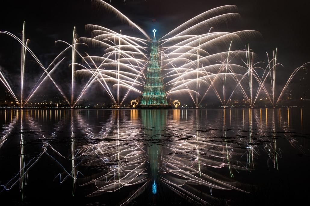 afp. nagyításhoz - égők, karácsonyi dekoráció, fények, fényfüzér, advent - Rio de Janeiro, Brazília