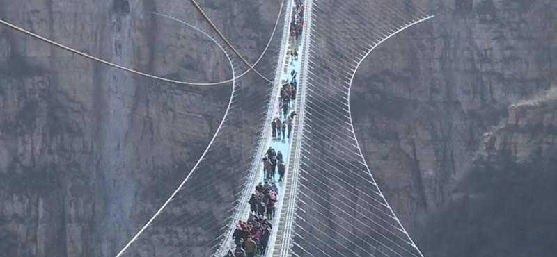 Kínában átadták a világ leghosszabb üveg függőhídját