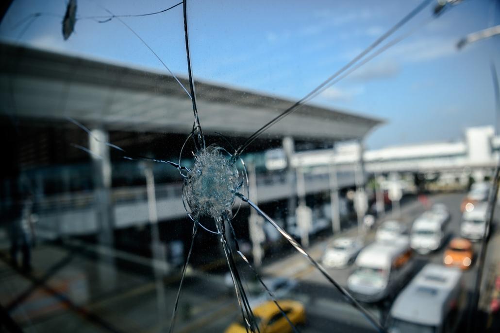 afp.16.06.29. - Lövés nyoma egy golyóálló üvegfalon az isztambuli Atatürk repülőtéren 2016. június 29-én, miután előző este három öngyilkos merénylő lövöldözött, majd felrobbantotta magát a légi kikötőben. A támadásban legkevesebb harminchatan életüket ve