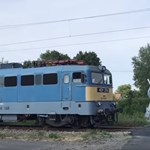 Videón, ahogy nyitott sorompónál érkezett meg a vonat Szeged közelében