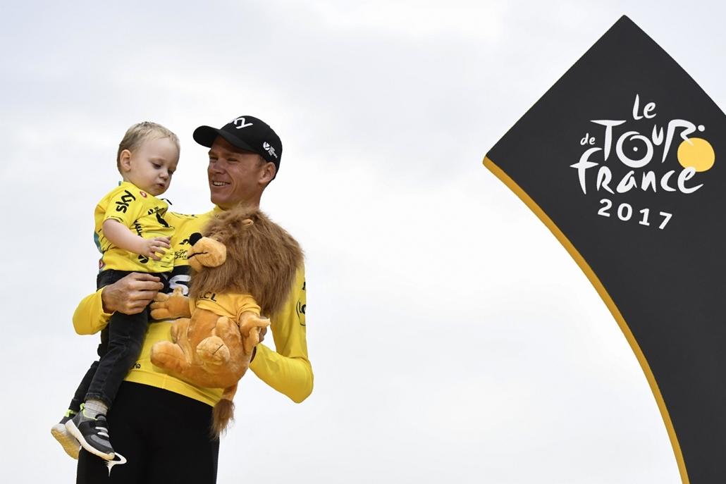 afp.17.07.23. - Párizs, Franciaország: A győztes Chris Froome, a Sky csapat versenyzője kisfiával Párizsban július 23-án. - Tour de France 2017, Christopher Froome