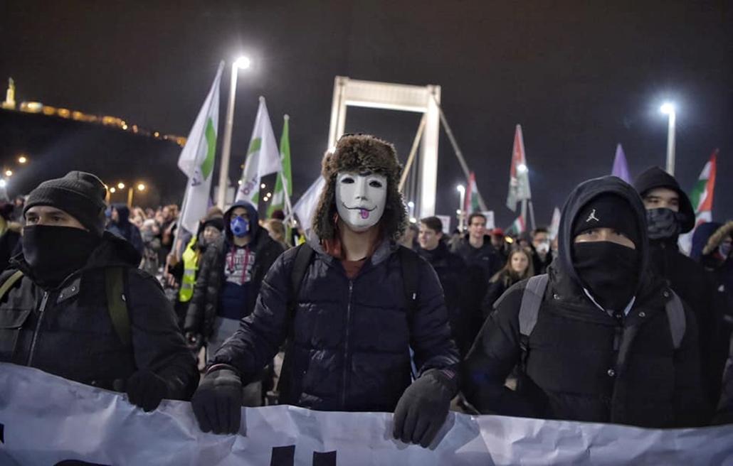 tg.18.12.14. Tüntetés a rabszolgatörvény ellen Erzsébet híd